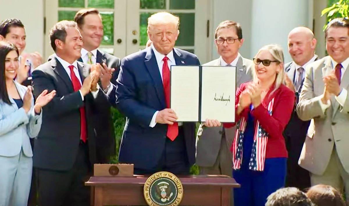 El presidente Donald Trump firmó una orden ejecutiva para establecer la Iniciativa de Prosperi ...