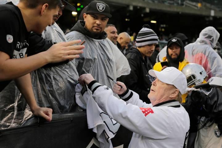 En esta foto de archivo, el propietario de los Raiders, Mark Davis, firma autógrafos para los ...