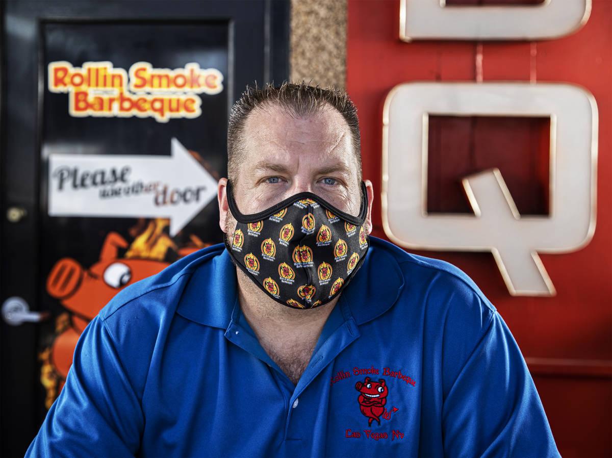 El dueño y director ejecutivo John Holland en Rollin' Smoke BBQ el miércoles, 15 de julio de ...