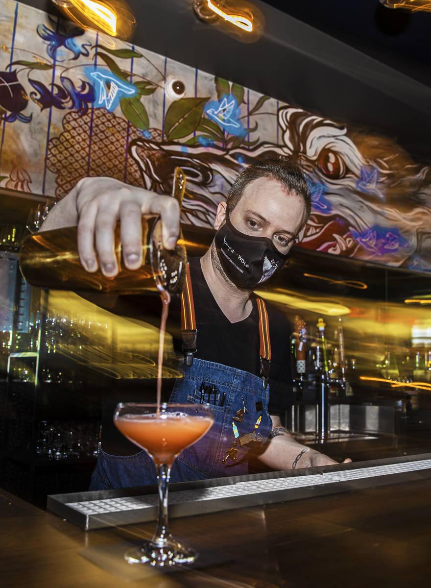 El bartender Ilan Miller prepara un cóctel en Sparrow + Wolf el martes, 14 de julio de 2020, e ...