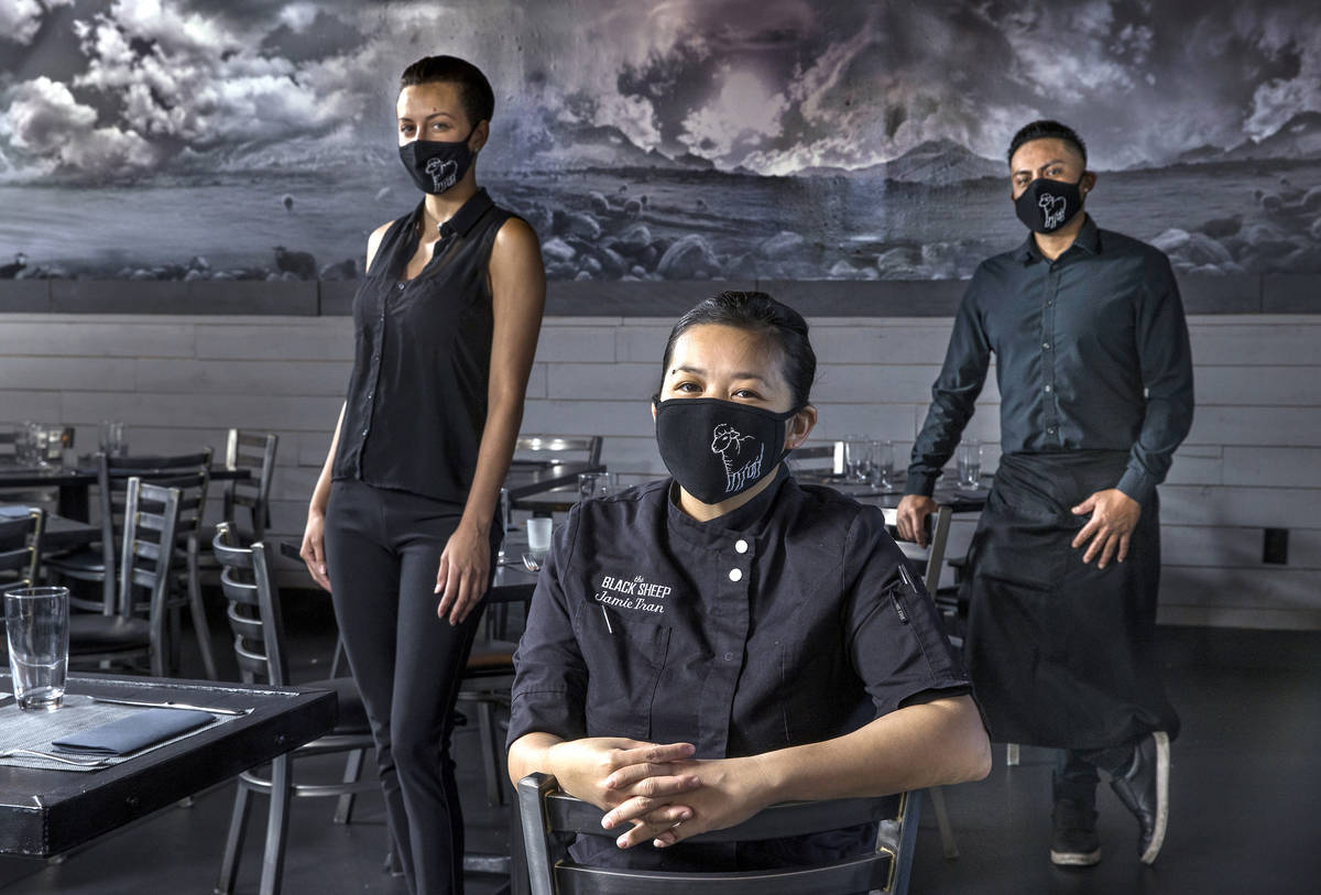 Jamie Tran, centro, con Jamie Clark, izquierda, y Jesús Ramírez de The Black Sheep usando cub ...