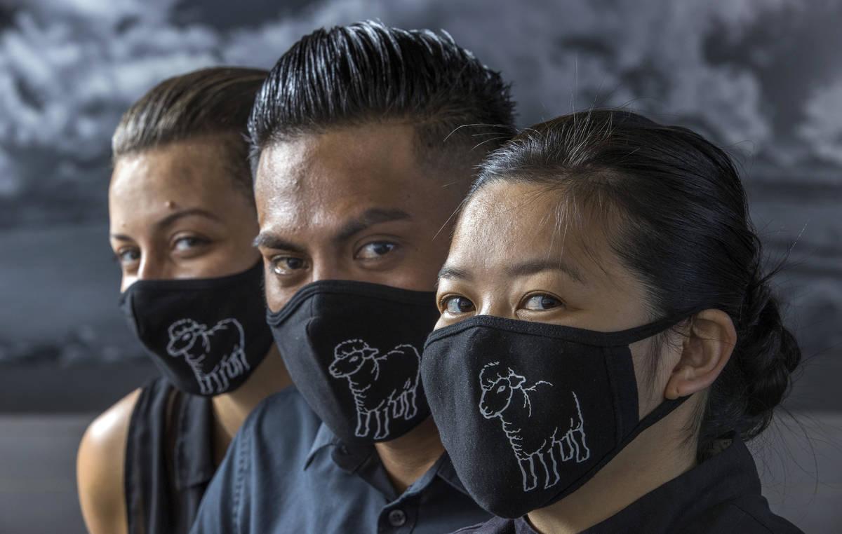 Jamie Tran, Jamie Clark y Jesús Ramírez de The Black Sheep usando cubrebocas personalizados e ...