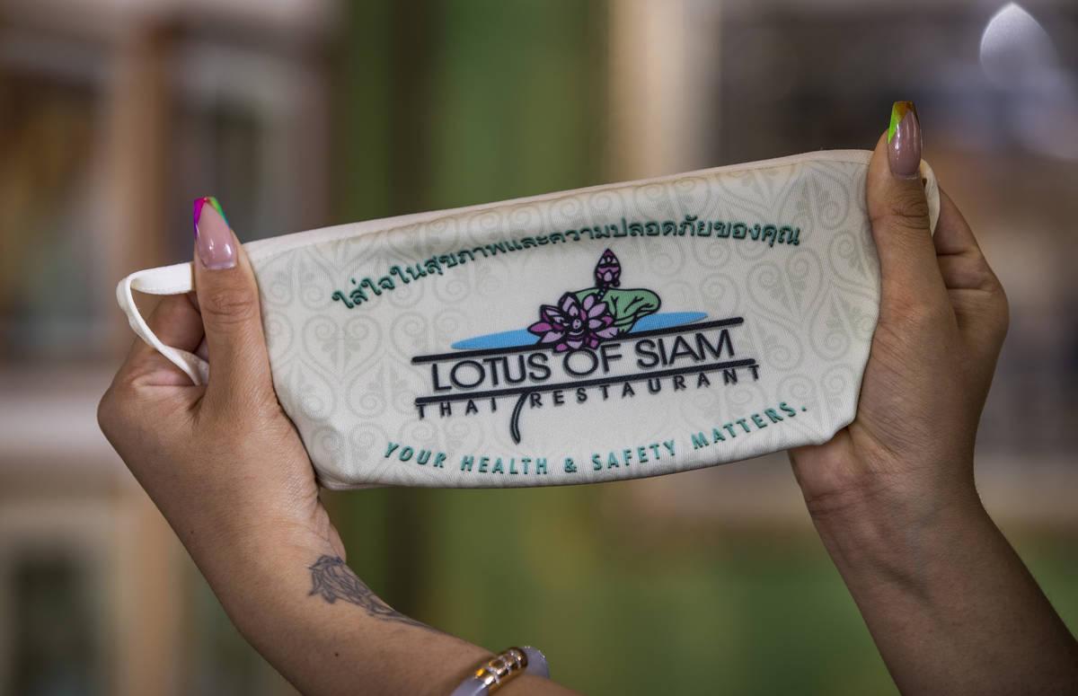 Penny Chutima en Lotus of Sian con un cubrebocas personalizado el miércoles, 15 de julio de 20 ...