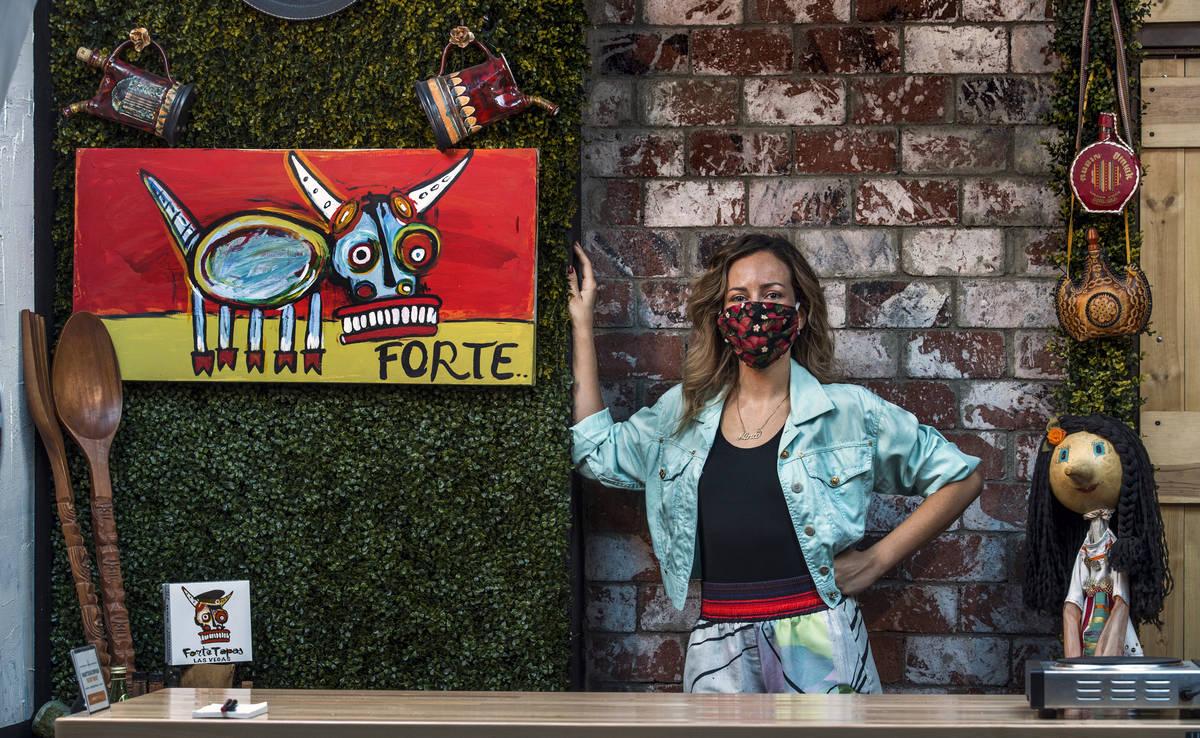 Nina Manchev con un cubrebocas de Forte Tapas el jueves, 16 de julio de 2020, en Las Vegas. (L ...