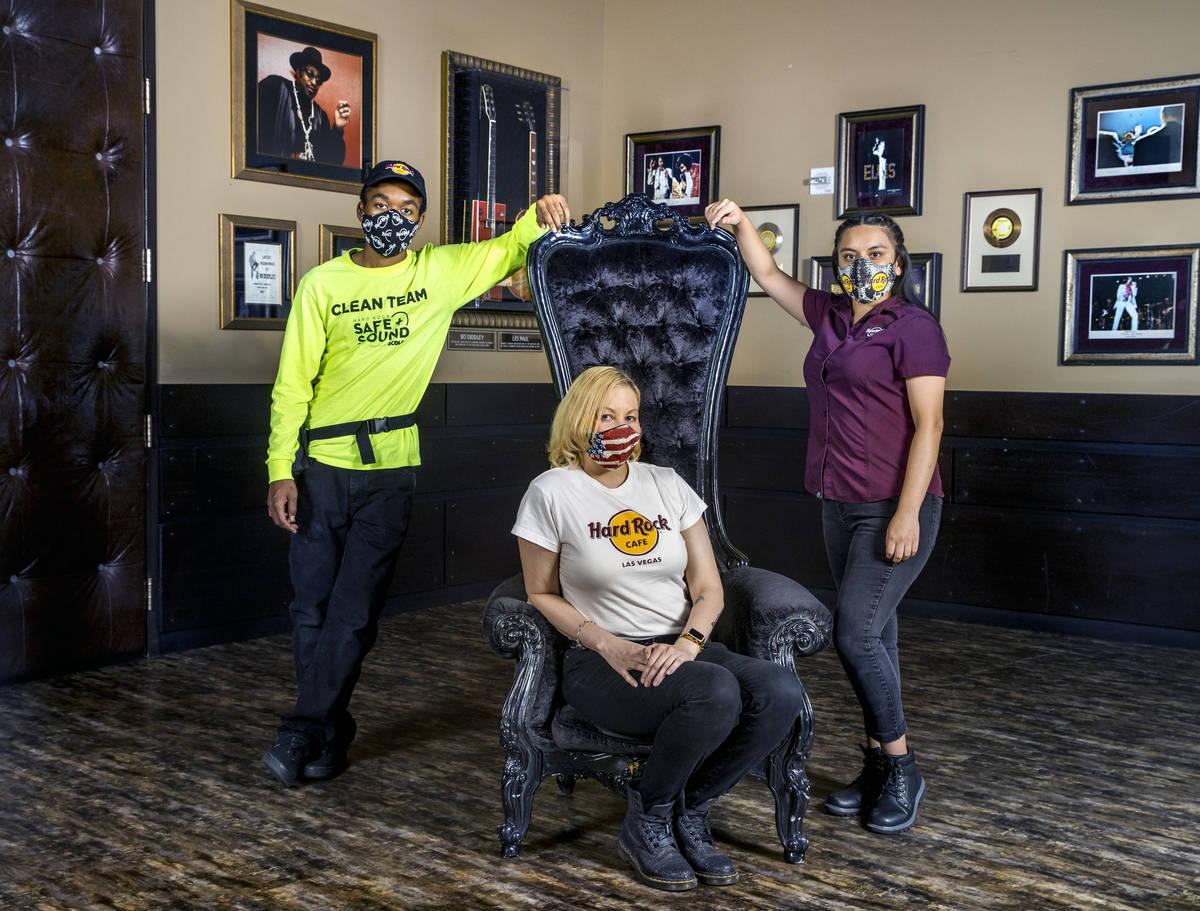 Mykel Lewis, izquierda, Kristin McCormick, centro, y Gloria Reyes en el Hard Rock Cafe con sus ...