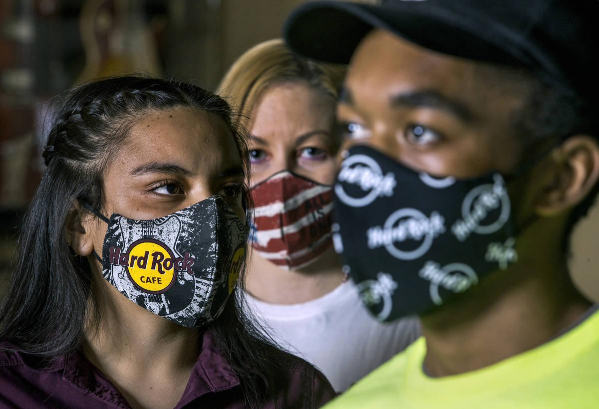 Gloria Reyes, izquierda, Kristin McCormick, centro, y Mykel Lewis en el Hard Rock Cafe con sus ...