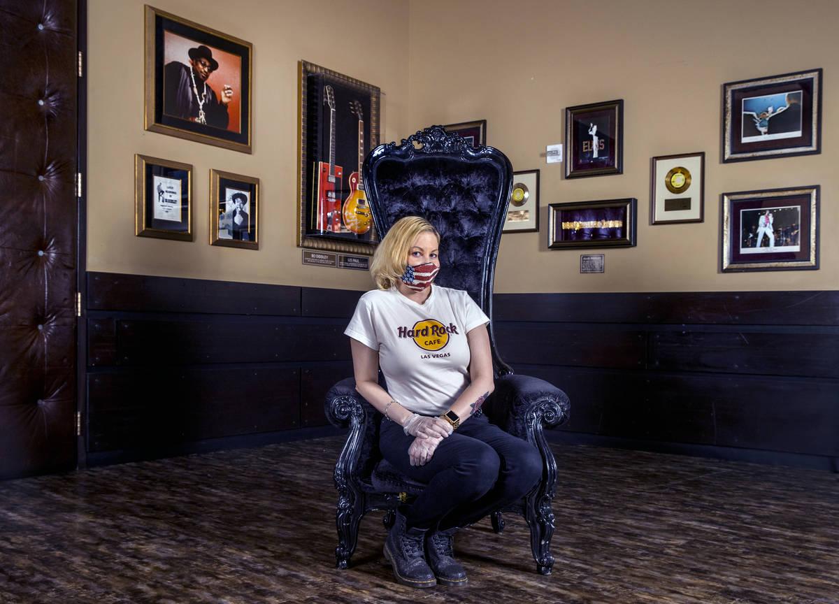 Kristin McCormick en el Hard Rock Cafe usando uno de sus cubrebocas personalizados el jueves, 1 ...