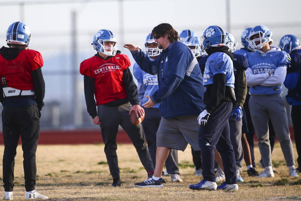 El entrenador Dustin Forshee, derecha, hace un movimiento frente al mariscal de campo Colton Te ...