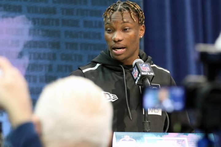 El receptor de Alabama, Henry Ruggs III, habla en el grupo de exploración de la NFL en el Cent ...