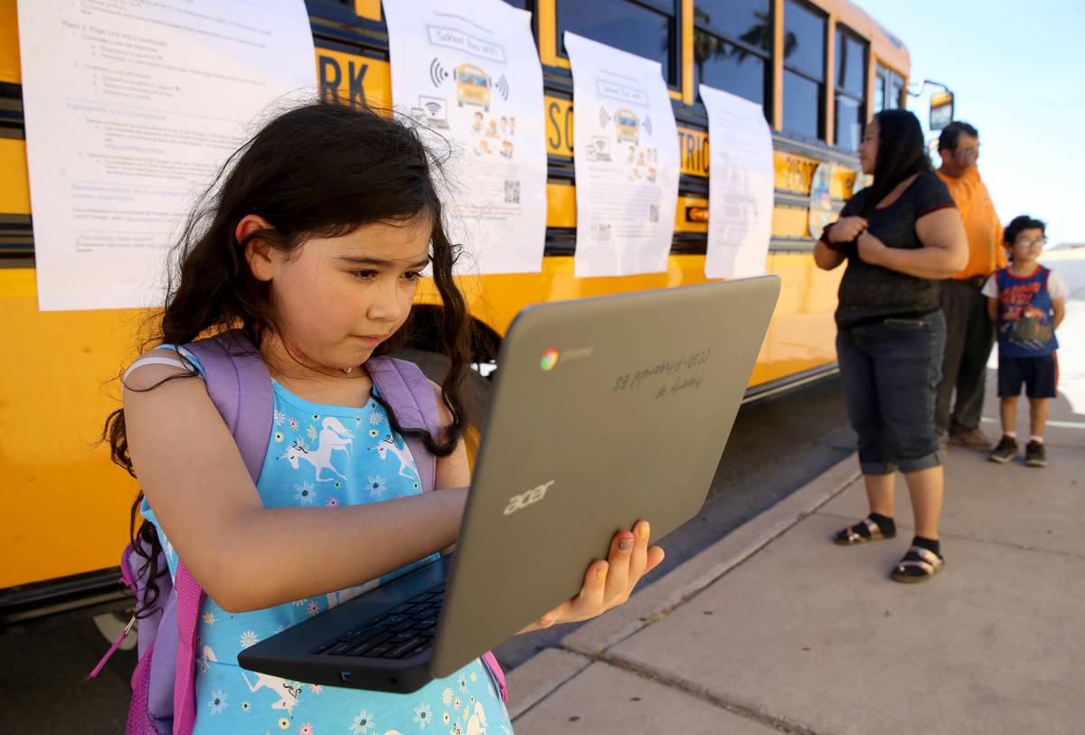Paula Santana, de siete años, trabaja en su tarea con Wi-Fi del Distrito Escolar del Condado d ...
