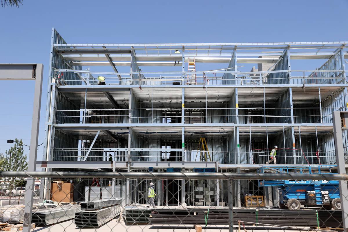 Continúa la construcción de un hotel boutique en Main St. y la Avenida Coolidge en el centro ...