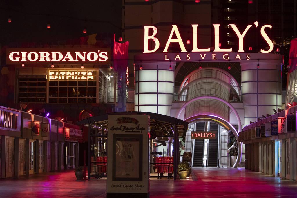 Bally's cerrado por la pandemia de coronavirus el miércoles, 8 de abril de 2020, en Las Vegas. ...