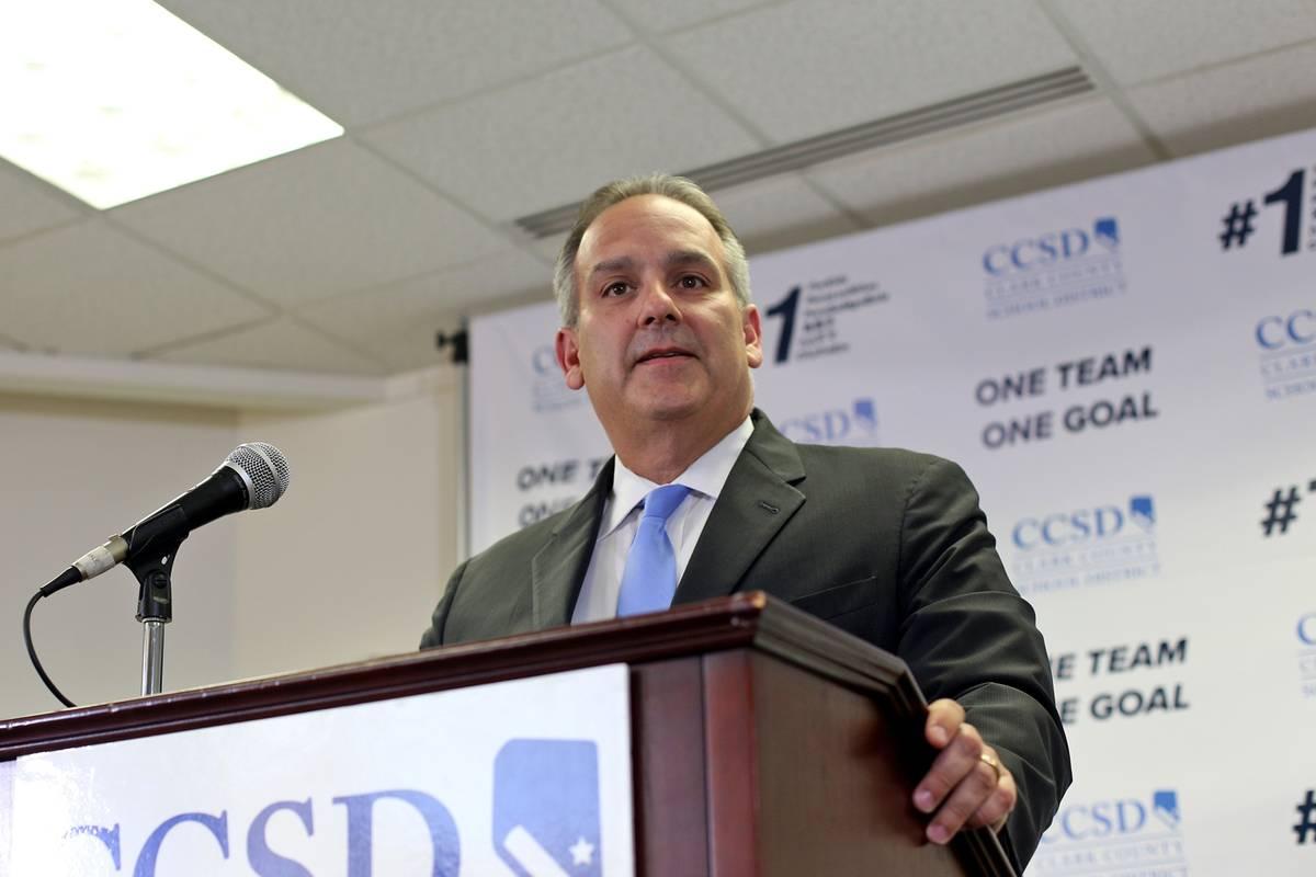El superintendente escolar del Condado Clark, el doctor Jesús Jara, habla a los medios en una ...