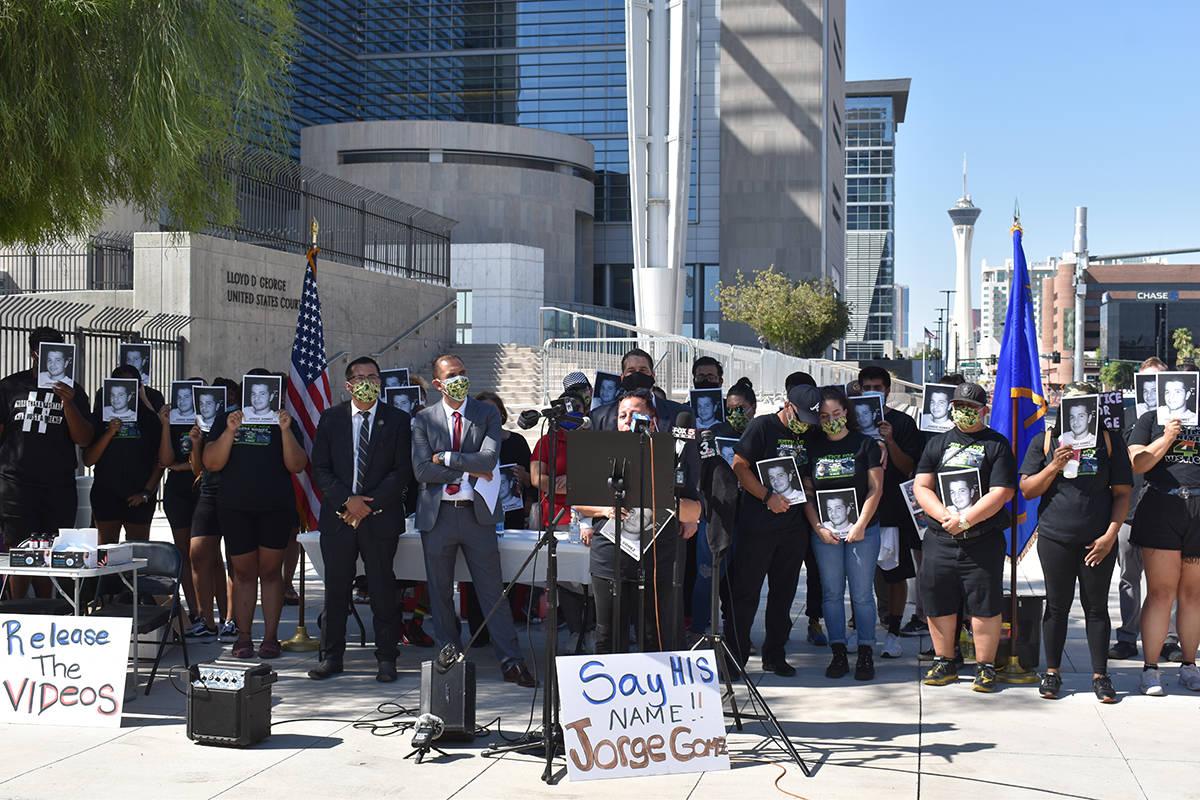 La familia de la víctima de homicidio por parte de agentes de LVMPD, Jorge Gómez, y sus aboga ...