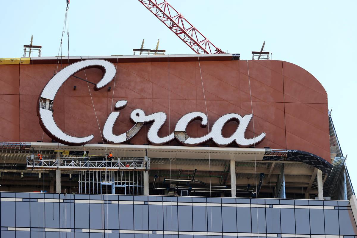 La última letra del cartel en la cima del Circa resort en el centro de Las Vegas se coloca el ...
