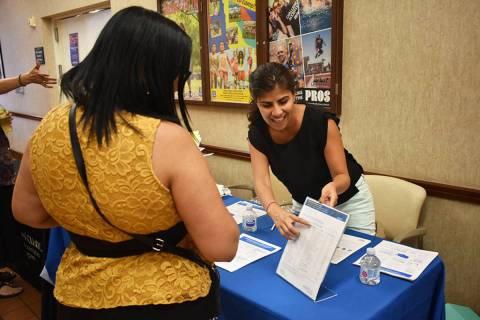En esta foto de archivo, Arlene Álvarez explica la importancia de participar en el Censo 2020. ...
