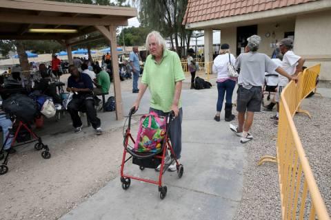 Robert Godleski, de 73 años, en el Courtyard Homeless Resource Center en el centro de Las Vega ...