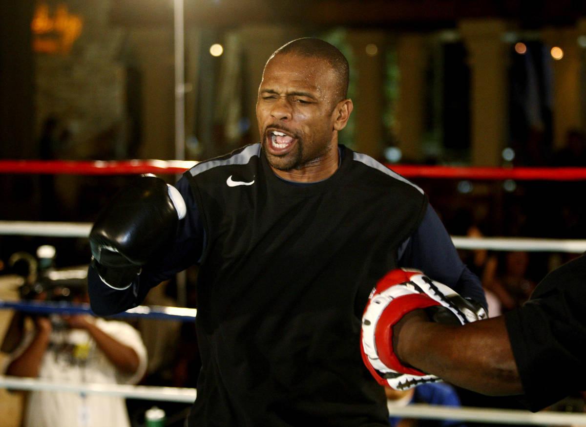 El boxeador Roy Jones, Jr. realiza un breve entrenamiento para sus redes sociales en el hotel-c ...