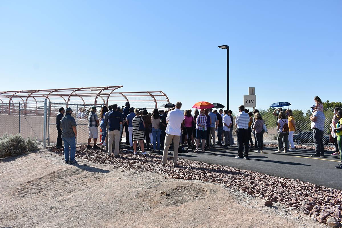 Decenas de personas acudieron a una ceremonia para dedicar un puente peatonal en memoria de Ale ...