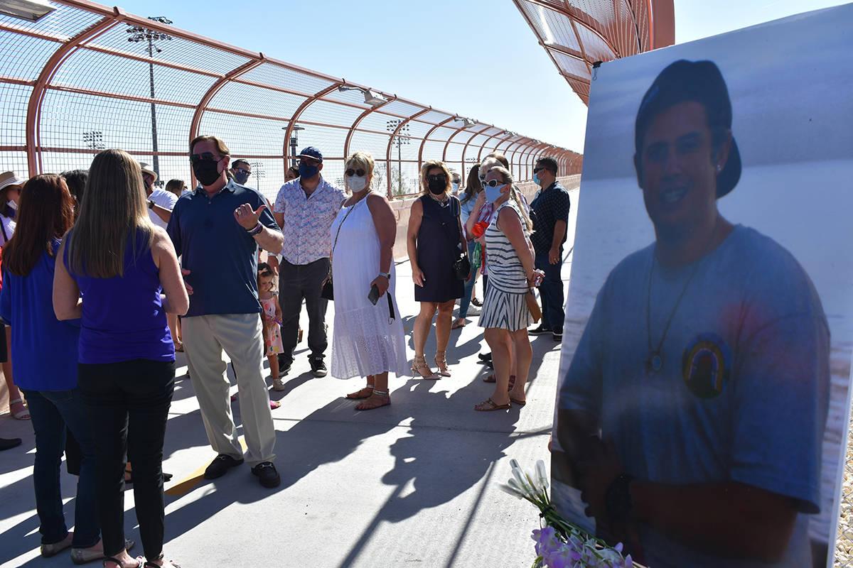 Un nuevo puente peatonal construido sobre Summerlin Parkway fue dedicado en memoria de Alexande ...