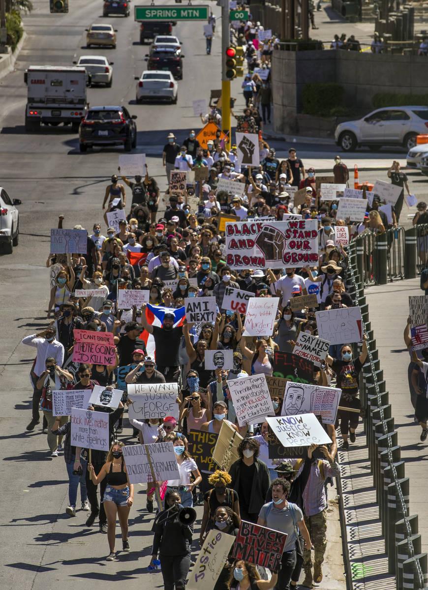 Manifestantes marchan por el Bulevar de Las Vegas durante una protesta de Black Lives Matter y ...
