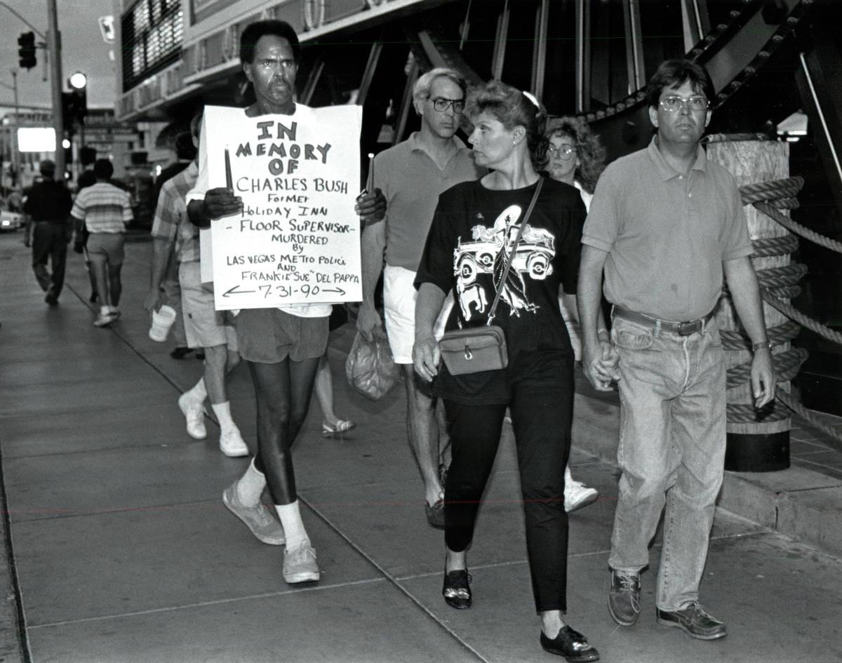 Sekou Kala, izquierda, marcha durante una vigilia en memoria de Charles Bush. (Archivo del Las ...