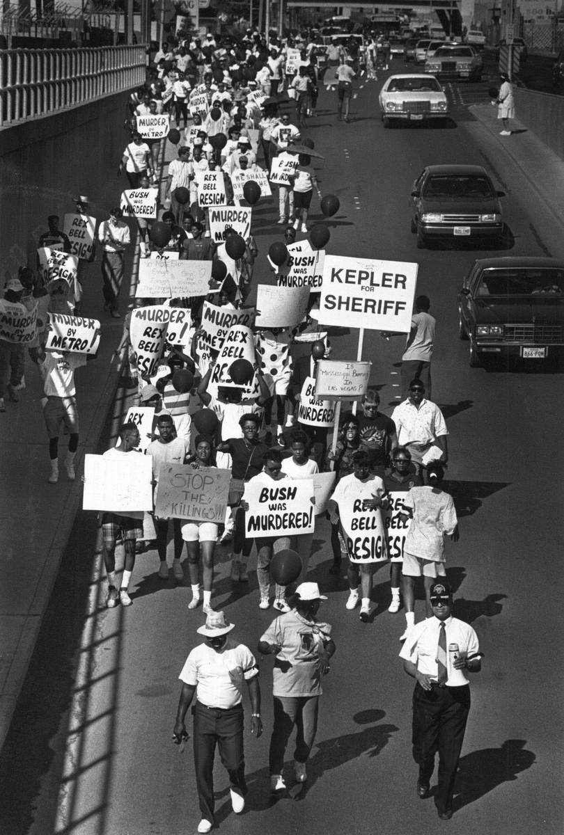 Manifestantes marchan el 3 de septiembre de 1990 en Las Vegas por la muerte de Charles Bush. (A ...