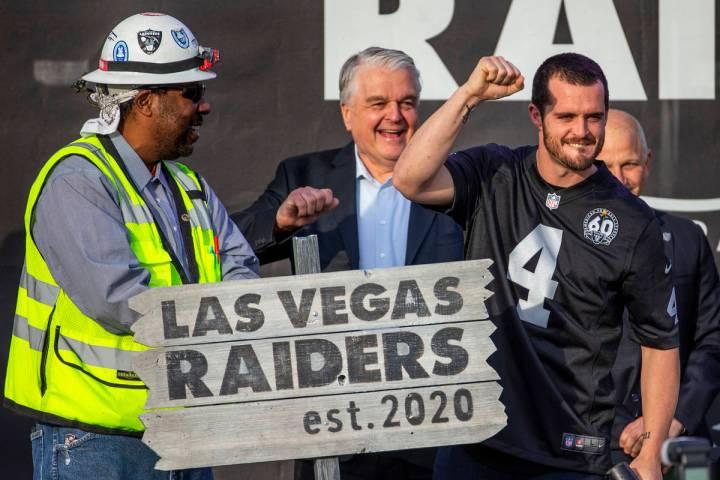 El mariscal de campo de los Raiders de Las Vegas, Derek Carr (4, centro), alza su puño a la mu ...