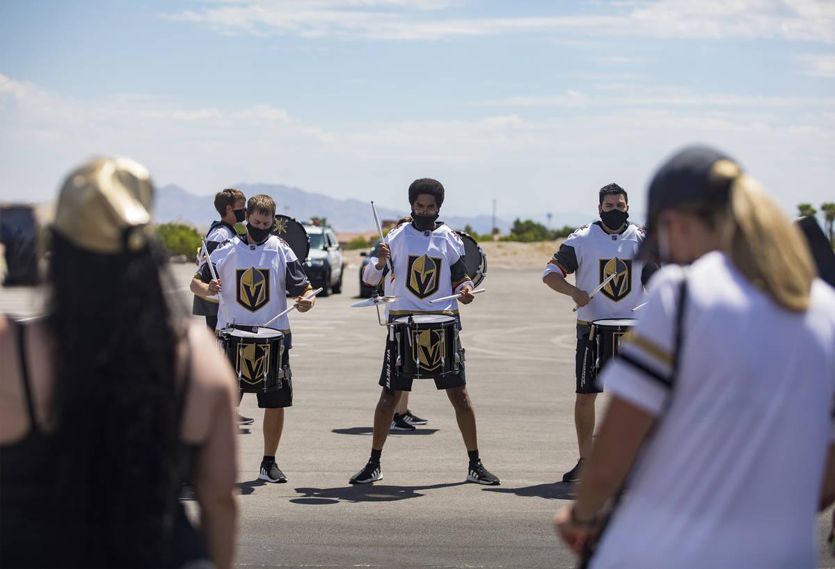 La línea de tambores de los Golden Knights toca para los fans mientras los jugadores se dirige ...