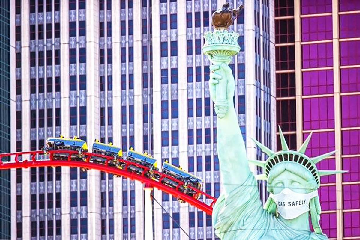 La Estatua de la Libertad en el Strip de Las Vegas con un nuevo cubrebocas. (Benjamin Hager/Las ...