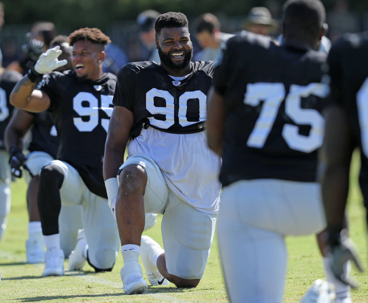 El tackle defensivo de los Oakland Raiders, Johnathan Hankins (90), se estira durante la práct ...