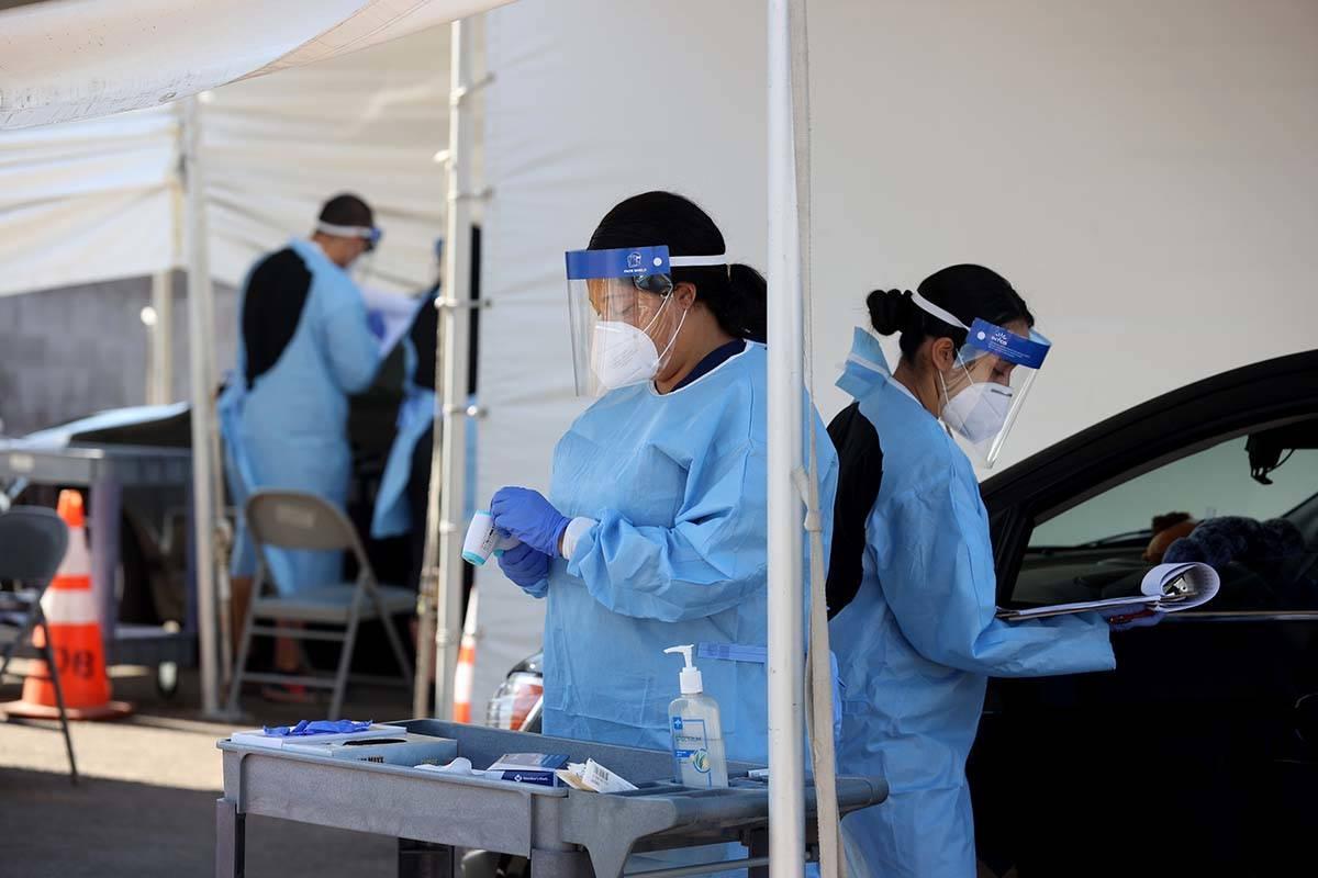 Asistentes médicos certificados por UNLV Medicine trabajan en pruebas de COVID-19 en la escuel ...