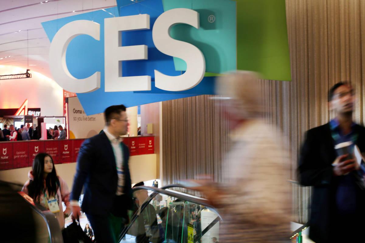 Personas en Sands Expo antes de que se abra el piso de CES 2020 el 7 de enero de 2020, en Las V ...