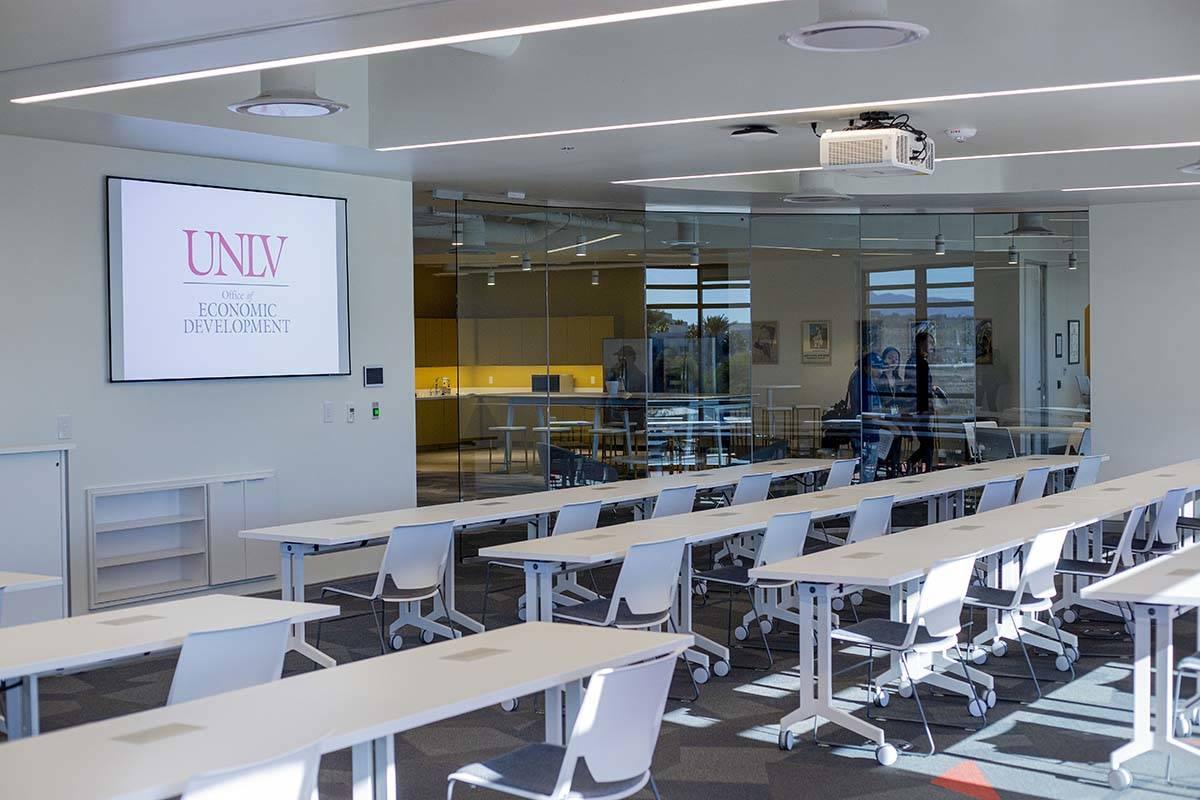 Un salón de clases de la UNLV se prepara para los estudiantes en Las Vegas el jueves, 23 de en ...
