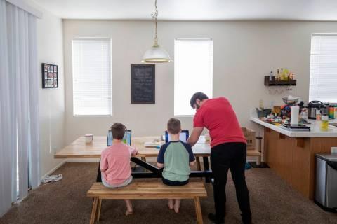 Atticus Mayville, de siete años, a la izquierda, y Everett Mayville, de siete años, trabajan ...