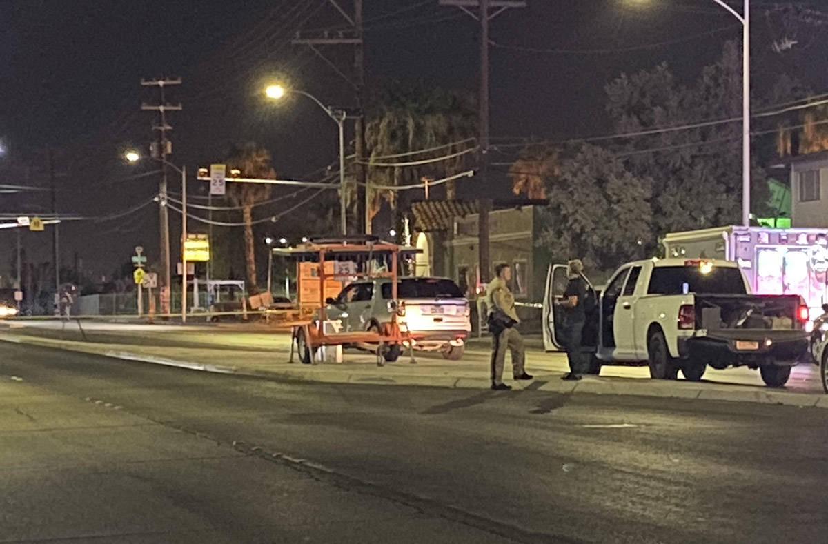 Detectives de policía investigan un doble homicidio en la cuadra 700 de la Avenida North Easte ...