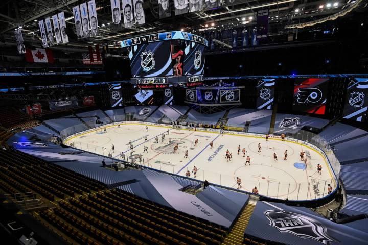 Los Pittsburgh Penguins, a la izquierda, y los Philadelphia Flyers calientan antes de un partid ...