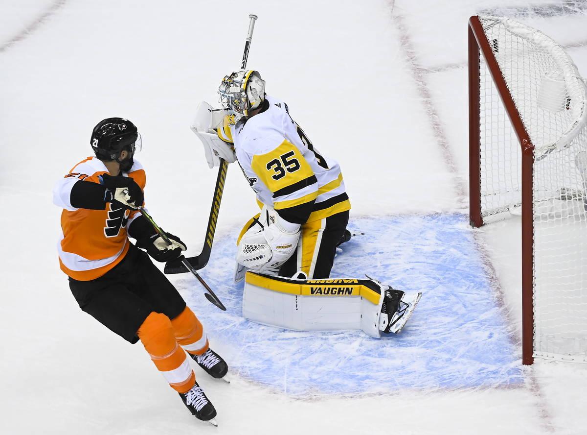 El centro de los Philadelphia Flyers, Scott Laughton (21), marca el gol de la victoria contra e ...