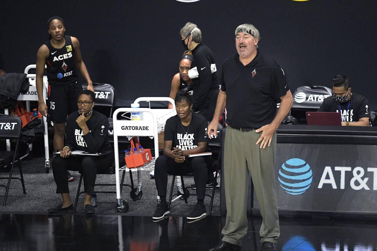 El entrenador de las Aces de Las Vegas, Bill Laimbeer, da instrucciones durante la primera mita ...