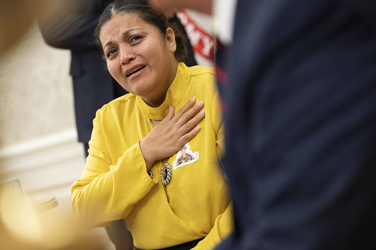 La madre de Vanessa Guillén, Gloria Guillén, llora ante el presidente Donald J. Trump mientra ...