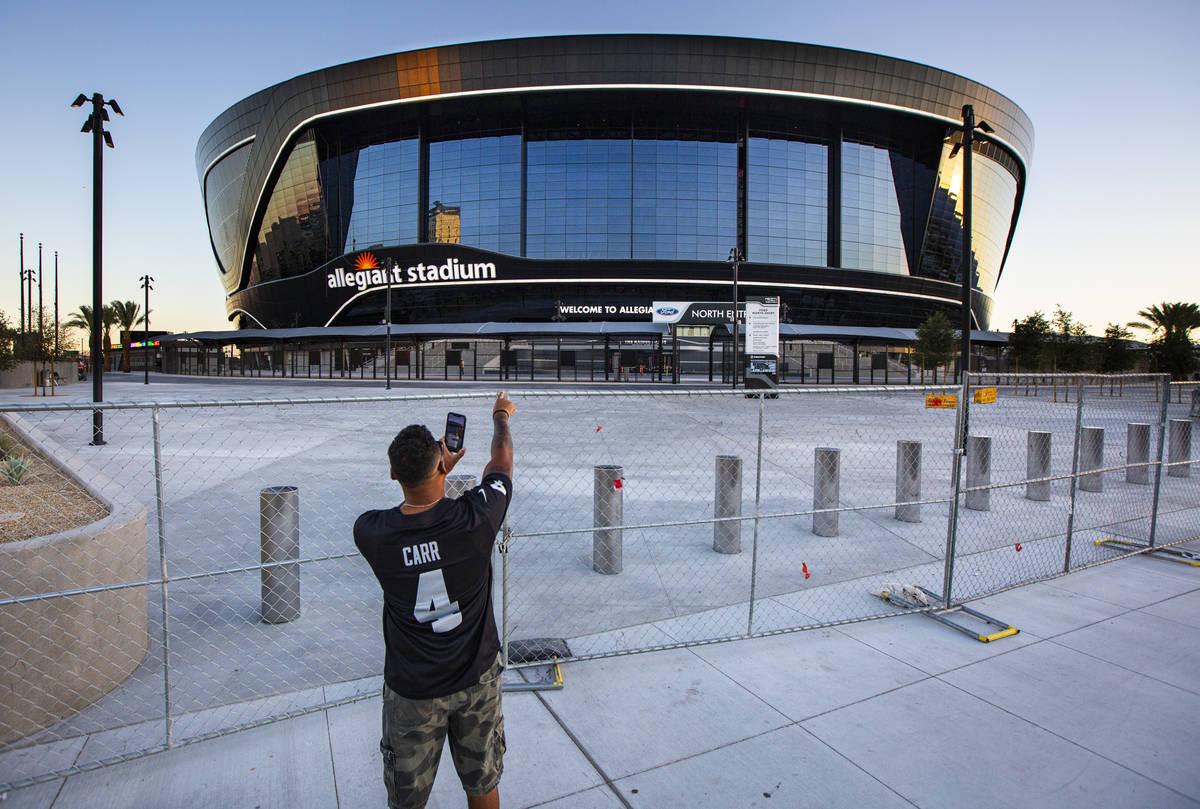 El fan de los Raiders de Las Vegas, Paul Davis, de Santa María, California, apunta al Allegian ...