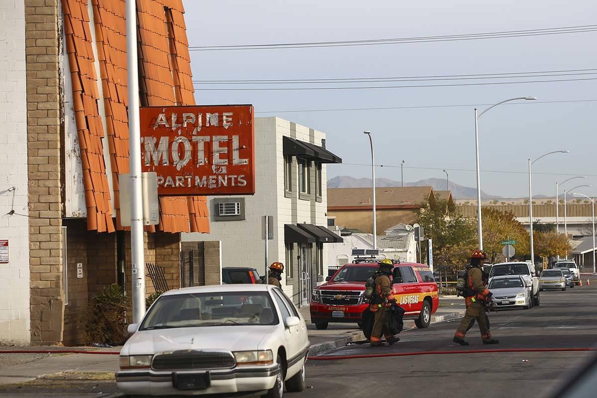 Bomberos de Las Vegas trabajan en un incendio en los apartamentos del Motel Alpine, el 21 de di ...