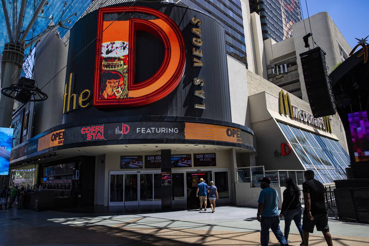 Gente camina fuera de The D Las Vegas en Fremont Street Experience en el centro de Las Vegas el ...