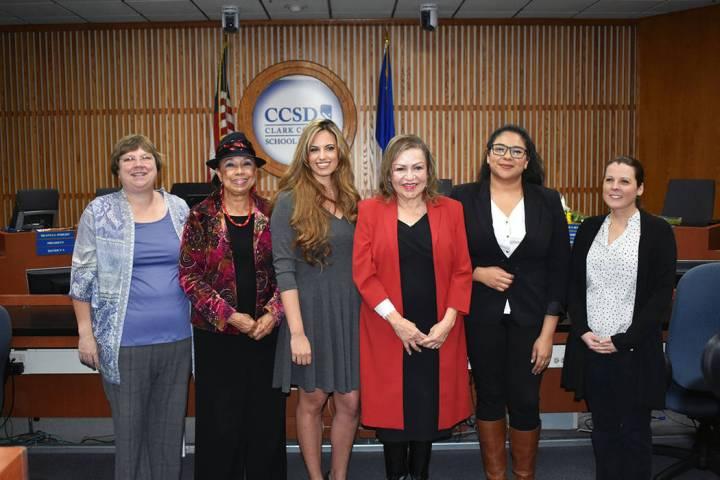 En esta foto de archivo, desde la izquierda: Deanna L. Wright , Dr. Linda E. Young, Danielle Fo ...