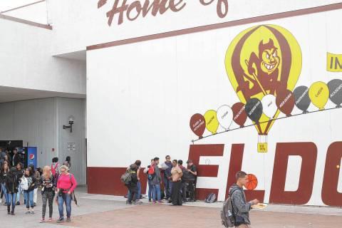 En esta foto de archivo, los estudiantes almuerzan en El Dorado High School en Las Vegas, el mi ...