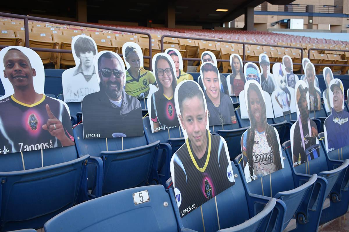 Imágenes de aficionados y celebridades fueron colocadas en las tribunas del estadio para el ju ...