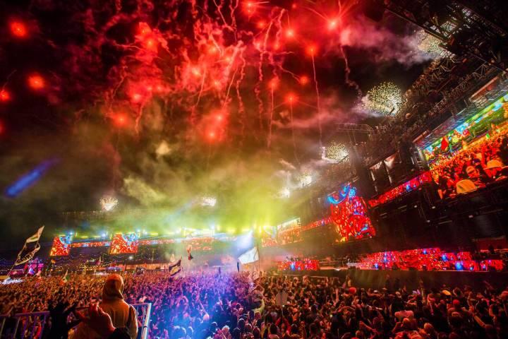 Fuegos artificiales iluminan el cielo durante la presentación de Steve Aoki en el escenario Ci ...