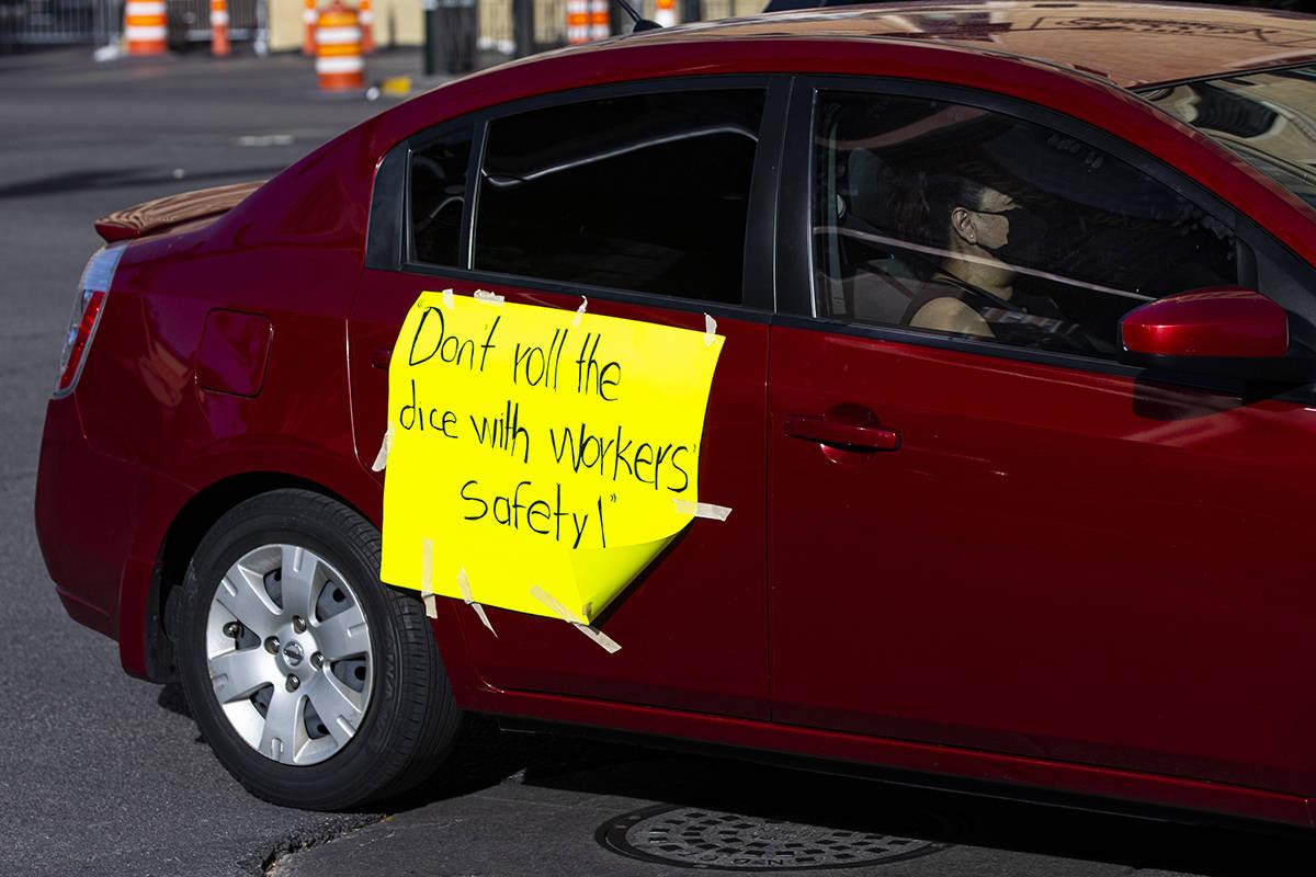 Gente participa en una caravana de coches en el Strip de Las Vegas liderada por Culinary Union ...