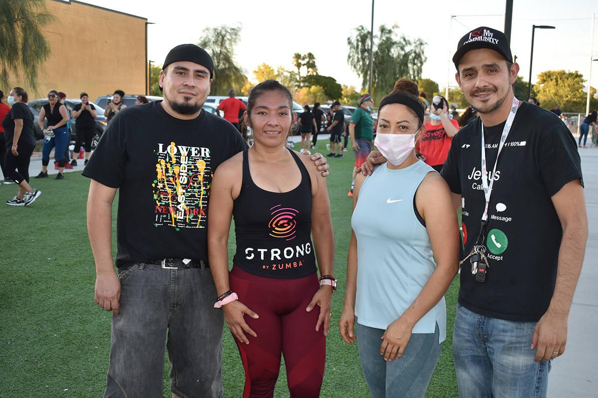 La coordinadora del zumbathon fue Jazmín Álvarez (primera desde la izquierda), quien recibió ...