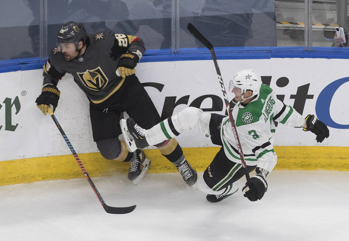 John Klingberg de los Dallas Stars (3), es derribado por William Carrier de los Golden Knights ...